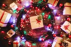 Деревянная предпосылка при красочные звезды и звезды, окруженные подарками и игрушками Стоковая Фотография