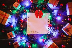 Деревянная предпосылка при красочные звезды и звезды, окруженные подарками и игрушками Стоковые Изображения RF