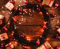 Деревянная предпосылка при красочные звезды и звезды, окруженные подарками и игрушками, в форме квадрат Стоковое фото RF