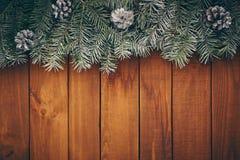 Деревянная предпосылка рождества с ветвями ели, конусами стоковое изображение rf