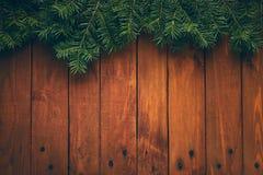 Деревянная предпосылка рождества с ветвями ели стоковая фотография