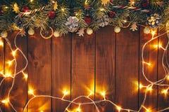 Деревянная предпосылка рождества с украшениями и светами стоковые фото