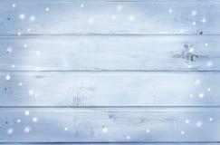 Деревянная предпосылка - свет - синь с снежинками стоковые изображения rf