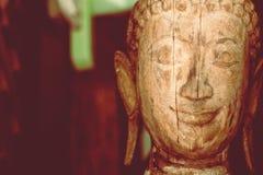 Деревянная предпосылка статуи скульптуры головы Будды стоковые изображения