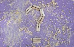 Деревянная предпосылка с малыми частями металла Стоковая Фотография