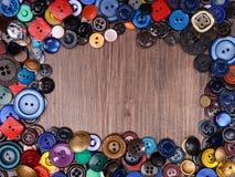 Деревянная предпосылка с старой модой сортировала кнопки с spase экземпляра Стоковая Фотография RF