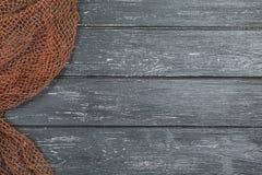 Деревянная предпосылка с старой рыболовной сетью стоковое изображение rf