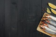 Деревянная предпосылка с сырцовыми свежими сардинами Стоковые Изображения