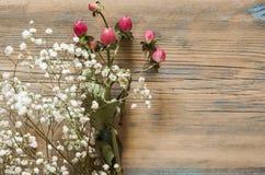 Деревянная предпосылка с цветками Стоковая Фотография RF