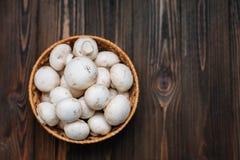 Деревянная предпосылка с champignons стоковое изображение