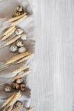 Деревянная предпосылка кухни с яичками и пшеницей триперсток Стоковое фото RF