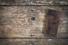 Деревянная предпосылка с блоком печатания вопросительного знака Стоковая Фотография RF