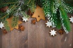 Деревянная предпосылка с ветвями и печеньями ели, горизонтальными стоковые фото