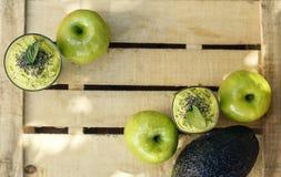 Деревянная предпосылка с зелеными smoothie и плодоовощами вытрезвителя стоковая фотография rf