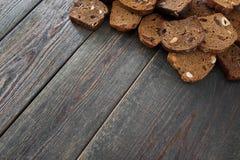 Деревянная предпосылка с кусками хлеба рож, copyspace Стоковые Изображения RF