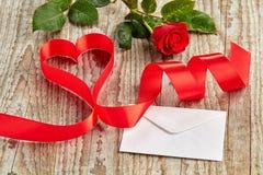Деревянная предпосылка с подняла, письмо и лента Стоковое фото RF