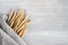 Деревянная предпосылка с пуком пшеницы Стоковые Изображения RF