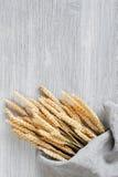 Деревянная предпосылка с пуком пшеницы Стоковые Фото