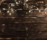 Деревянная предпосылка с светами рождества на верхней части Стоковые Фото