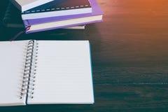 Деревянная предпосылка таблицы с карандашем бумаги примечания Стоковое Фото