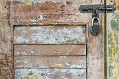 Деревянная предпосылка текстуры двери с ключом для всех замков запертым Стоковое Изображение RF