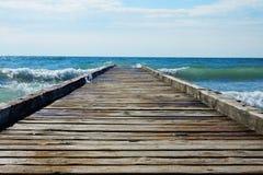 Деревянная пристань водя в голубое море Стоковое Изображение RF