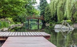 Деревянная пристань в японском саде Стоковые Фотографии RF
