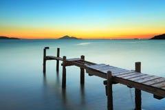 Деревянная пристань и заход солнца стоковое изображение