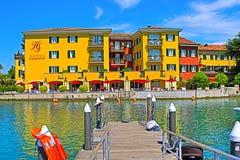 Деревянная пристань на городке Италии Sirmione берега озера Garda стоковое фото rf