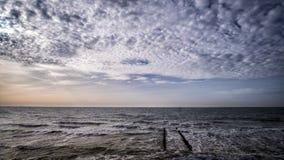 Деревянная пристань на пляже с пасмурным голубым небом в Vlissingen, Зеландии, Голландии, Нидерландах Стоковая Фотография