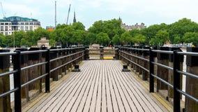 Деревянная пристань на реке Темза в Лондоне стоковые изображения rf