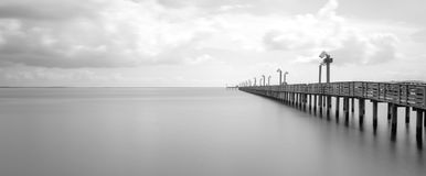 Деревянная пристань рыбной ловли в портере Ла, Техасе, США в долгой выдержке, b стоковые фотографии rf