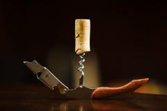Деревянная пробочка в штопоре лежит на таблице Консервооткрыватель бутылки Стоковые Изображения