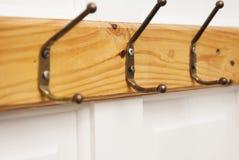 Деревянная пустая вешалка для одежд изолированных на белой двери Мода, концепция красоты изолировано стоковое изображение rf