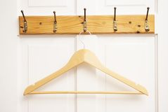 Деревянная пустая вешалка для одежд изолированных на белой двери Мода, концепция красоты изолировано стоковые фотографии rf
