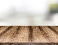 Деревянная пустая доска таблицы перед запачканной предпосылкой Смогите быть стоковые фото