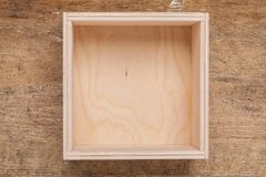 Деревянная пустая коробка на предпосылке Стоковое Изображение