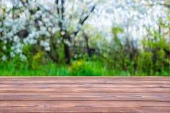Деревянная пустая таблица над конспектом запачкала предпосылку красивого стоковые фотографии rf