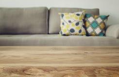 Деревянная пустая таблица перед интерьером софы живущей комнаты Стоковое Изображение