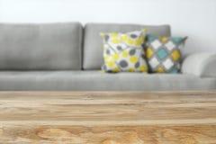 Деревянная пустая таблица перед интерьером софы живущей комнаты Стоковое Фото