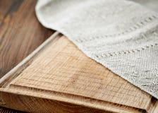 Деревянная разделочная доска и linen салфетка Стоковые Фотографии RF