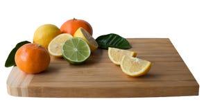 Деревянная разделочная доска с цитрусовыми фруктами Стоковое Изображение RF