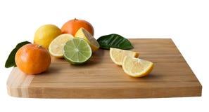 Деревянная разделочная доска с цитрусовыми фруктами Стоковая Фотография