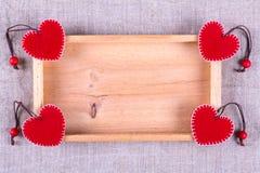 Деревянная рамка и 4 красных сердца Стоковые Изображения