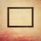 Деревянная рамка фото на ретро желтой бетонной стене Стоковые Фотографии RF