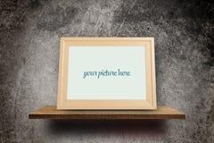 Деревянная рамка фото на Grungy бетоне Стоковая Фотография