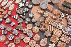 Деревянная рука блоков печатания штемпелей высекла ремесленниками в Индии Стоковое Изображение RF