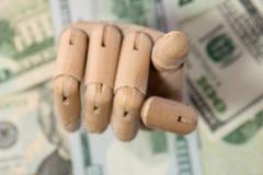 Деревянная рука держа макрос детали долларов близкий поднимающий вверх Стоковое Изображение RF