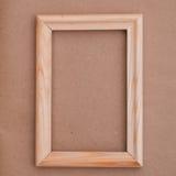 Деревянная русая рамка на старой бумаге Стоковое Изображение RF