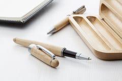Деревянная ручка шарика и ручка ролика Стоковая Фотография